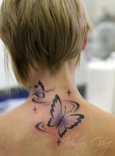 Linda tatuagem de borboleta sobre as mulheres de pescoço