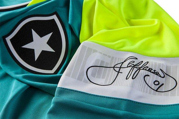 ... exclusivo para o goleiro Jefferson do Botafogo. A camisa é  predominantemente verde com a gola e as mangas em amarelo fluorescente. 2863d23ef2797