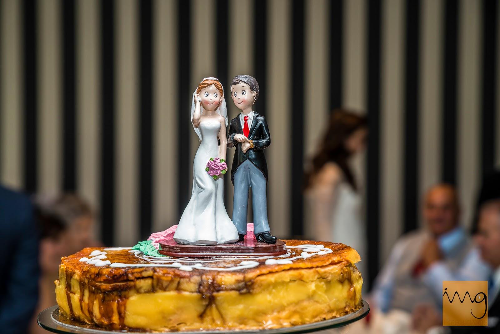 Fotografía de boda en Granada, los novios de la tarta.