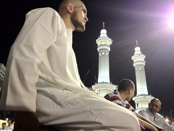 Khabib Belajar Jadi Muslim yang Taat