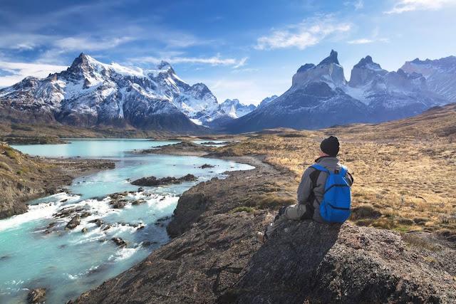 Công viên Quốc gia Torres Del Paine nằm ở phía bắc trên dãy núi Andrea, và là một trong những điểm du lịch nổi bật ở Chile. Điều hút du khách nhất ở Lauca là Lago Chungará, một trong những hồ nước cao nhất thế giới, cùng với 2 ngọn núi lửa Volcán Parinacota và Pomerape, nằm ngay trên đường biên giới với Bolivia.