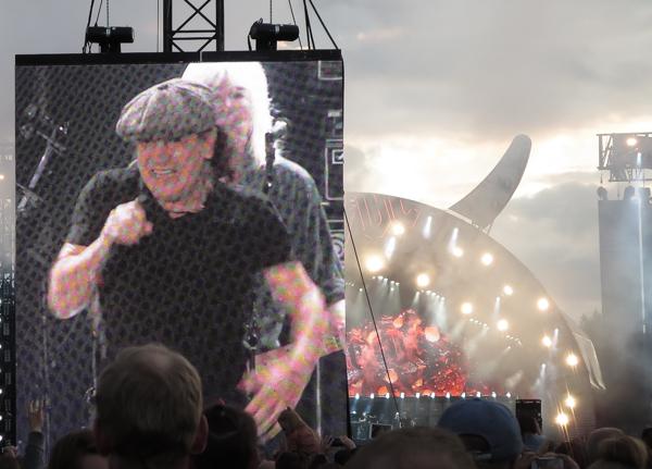 PauMau blogi nelkytplusblogit ac/dc konsertti suomi 2015 brian johnson konserttilava