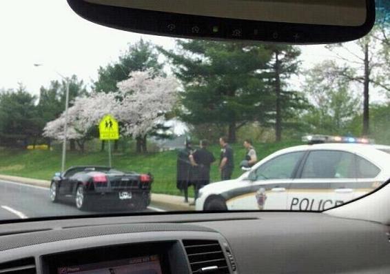 7274325265d2b Batman dirigindo Lamborghini é parado pela polícia