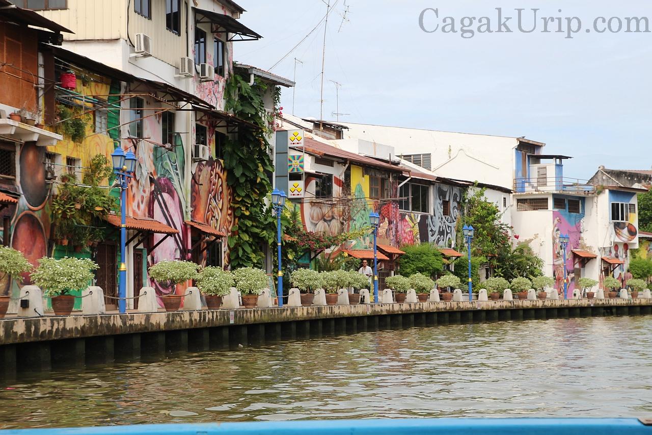Lukisan rural di sepanjang tepi Melaka River