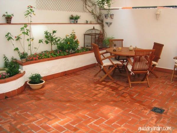 El patio de luc a guia de jardin for Jardineras para patios pequenos