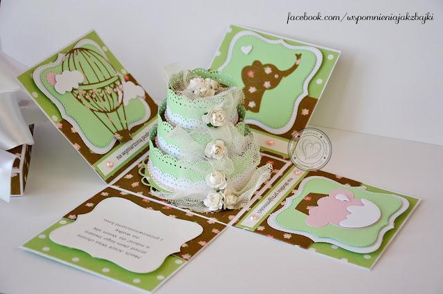 Ślubny exploding box z dość dużym papierowym tortem