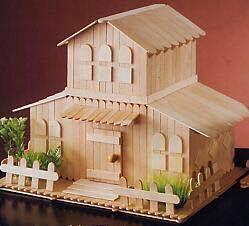 casa en miniatura con palitos de helado