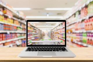 La pantalla de un ordendor muestra el pasillo de un supermercado
