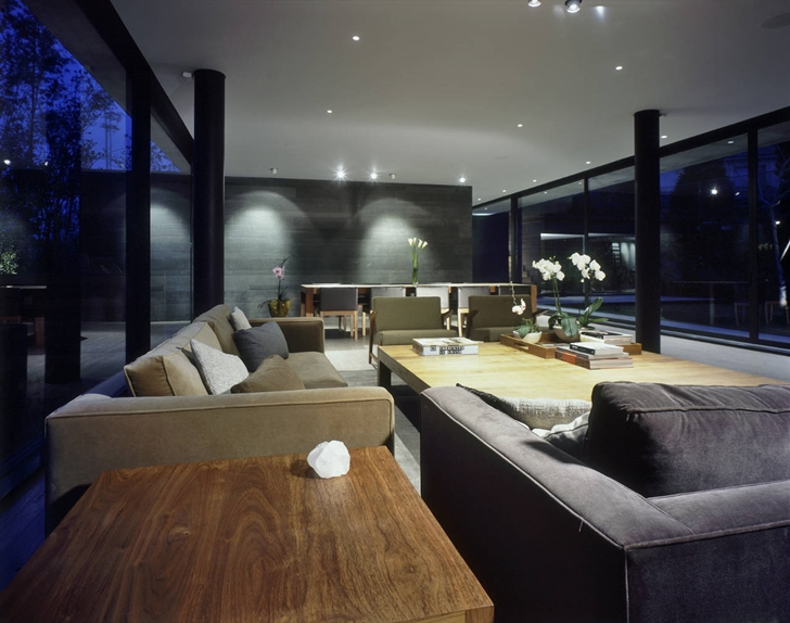 Modern living room in House La Punta by Central de Arquitectura