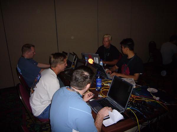 2006 年 一群參加 Defcon 14 CTF 的隊伍,Ross 分享於 Flickr,CC by 2.0