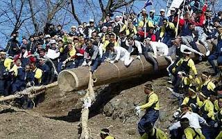 "Festival Jepang ini sangat terkenal yang diadakan setiap 6 tahun di Danau Suwa. Onbashira berarti ""pilar terhormat"" dan terdiri atas dua bagian: Yamadashi yang biasanya diadakan pada bulan April dan Satobiki dirayakan di bulan Mei. Para pria mempersiapkan diri untuk bagian pertama dengan menebang pohon-pohon besar yang akan digunakan sebagai log atau ""kendaraan"" nanti."