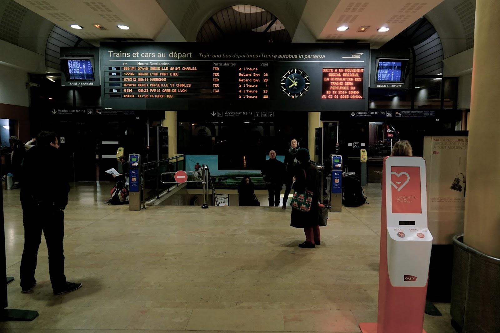 アルル駅(正面入口からの眺め)