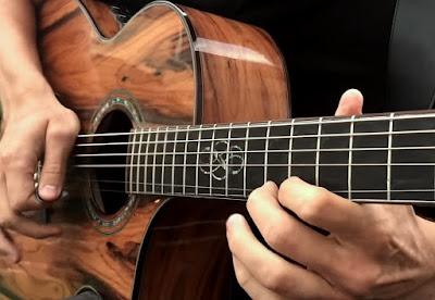 Pengertian Harmoni - Secara etimologi, pengertian harmoni secara harfiah berarti keselarasan. Sedangkan pengertian terminologi harmoni adalah ilmu yang mempelajari keselarasan bunyi dalam bentuk musik dan di dalamnya terdiri dari berbagai macam teori-teori musik yang akhirnya diaplikasikan dalam sebuah karya musik.  Harmoni adalah suatu cara dalam mengkonstruksikan akor dan bagaimana akor-akor tersebut saling mengikuti satu dengan yang lain. Akor merupakan kombinasi dari tiga atau lebih tone yang berbeda dan dimainkan bersamaan.  Selain itu, dalam penegertian harmoni secara luas mengacu pada musik Barat, harmoni adalah ilmu yang mempelajari cara mengkombinasikan atau menggabungkan nada secara serentak hingga menjadi sebuah akor.  Hal itu sehingga dengan mempelajari penggunannya secara berurut akan menghasilkan akor yang sesuai dengan suatu rangkaian melodi pada suatu lagu. Lagu itu dapat terdengar sebagai musik yang selaras dan indah.  Dalam musik barat, Harmoni terkait pada aspek musik secara vertikal. Maksudnya, dimana harmoni adanya perpaduan dari beberapa nada dalam satu hitungan/ketukan secara serentak ataupun bersamaan. Sedangkan melodi adalah pada aspek horizontal dari musik tersebut.