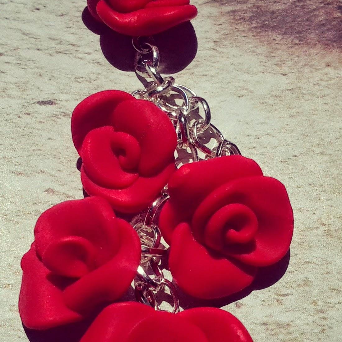 dettaglio orecchini rose rosse in fimo