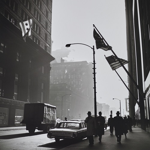 imagenes bellas en blanco y negro, vintage photos, photography inspiration, cool pictures -- fotografa Vivian Maier, Untitled, American Flags Street Scene.
