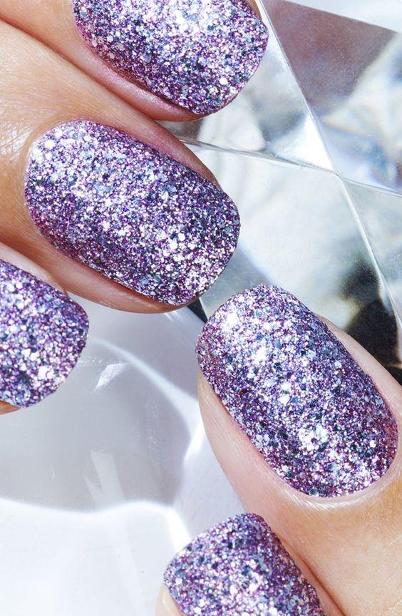 Le mani e i piedi possono essere decorati con la stessa tonalità di smalto 599a54333f00