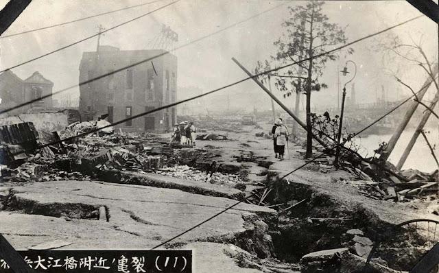 Fissuras na estrada nas proximidades de Yokohama Oebashi.