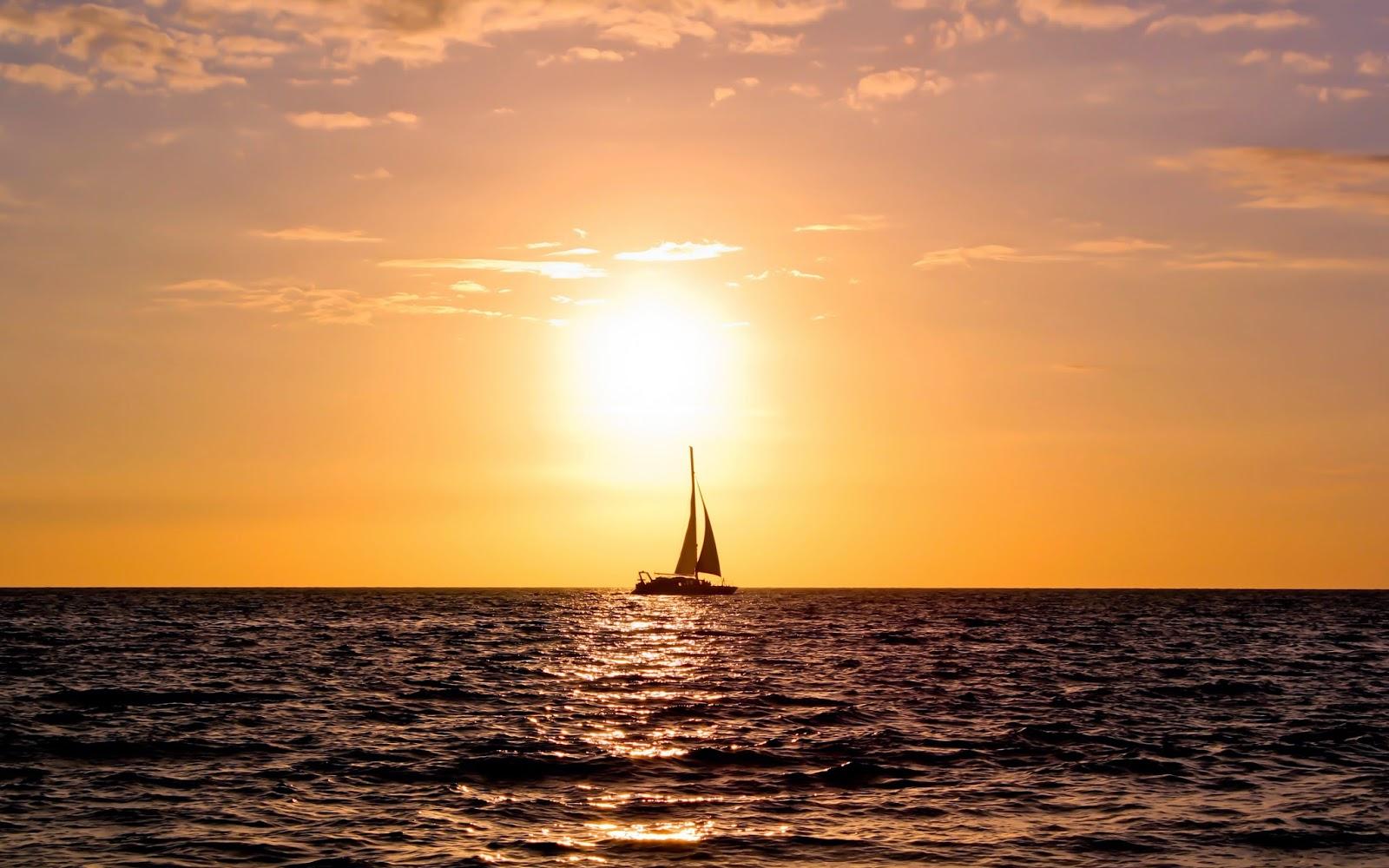 Zeilboot bij ondergaande zon