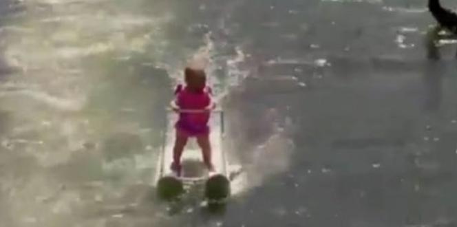 Bayi Suka Bermain Ski Air