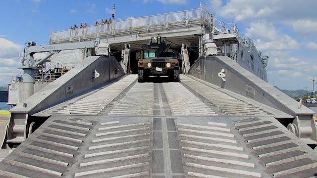 Jeep débarquant de l'USNS Millinocket (T-EPF-3)