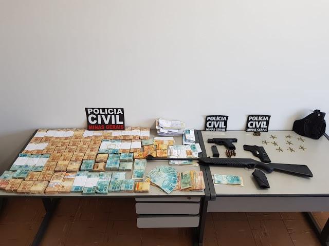 Cerca de R$ 374 mil em dinheiro são apreendidos em casa de empresário em Passos (Foto: Polícia Civil)