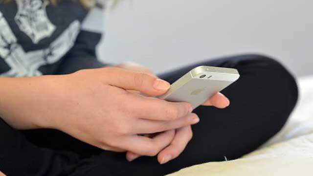قال الأطباء أن وقت شاشة الهاتف ليس سيئا في الأساس بالنسبة للأطفال