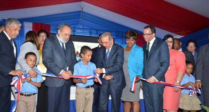 Presidente Medina entregó escuela para 980 estudiantes en Boca Chica