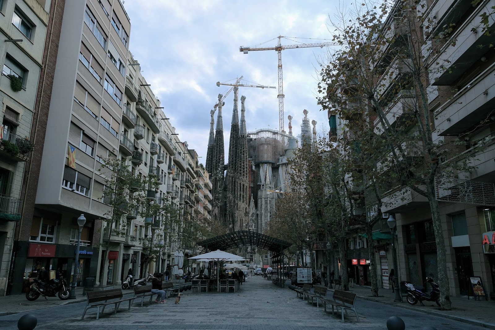 サグラダ・ファミリア (Sagrada Familia) ガウディ通りからの眺め