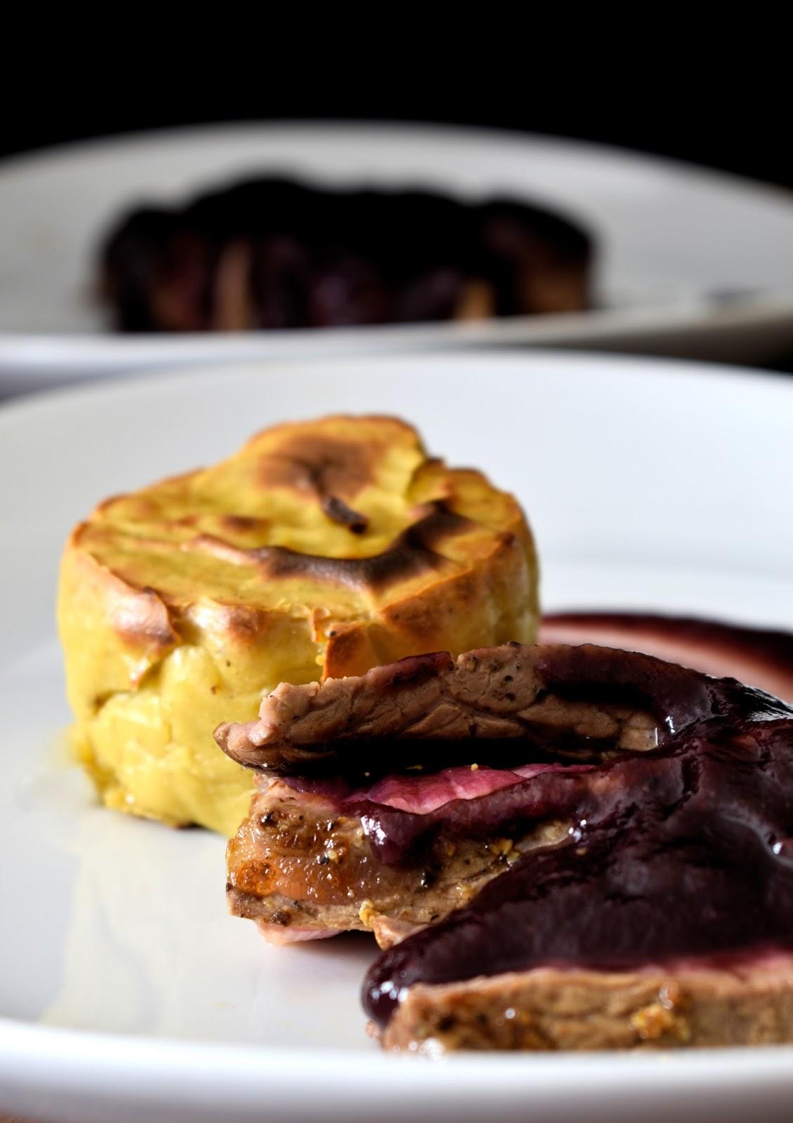 Tagliata con salsa di pere al vino rosso e sformato al gruyere