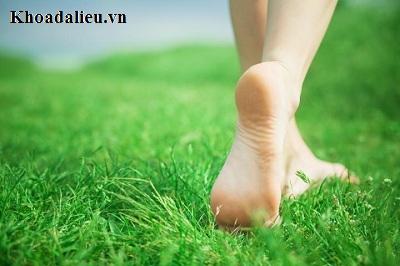 Đi chân trần gây biểu hiện bệnh mụn cơm ở chân