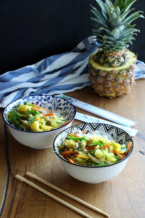 Reisnudeln mit Gemüse, Ananas und Erdnüsse