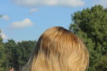 Suszenie włosów na słońcu - co się dzieje z mokrymi włosami pod wpływem słońca?