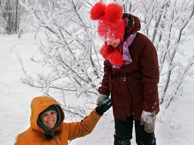 в некоторых местах, где Настя могла на снегу стоять, я в него проваливалась...