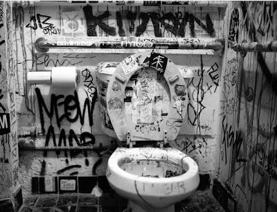 taza del inodoro con tapa sucia · conlosochosentidos.es