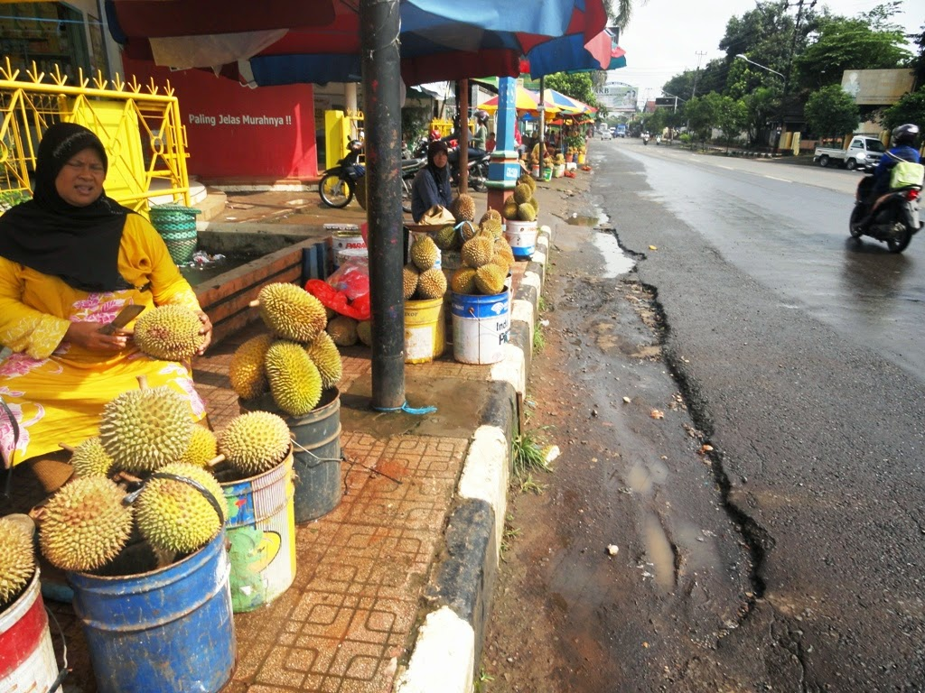 Penjual durian berjejeran di pasar Ngabul, Jepara