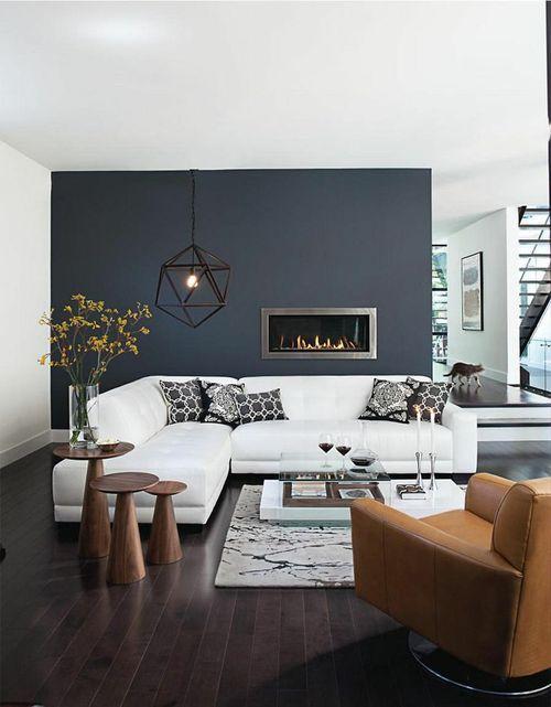 Decoração de sala de estar parede escura sofa branco