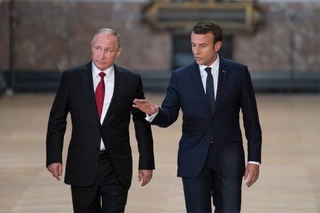 Ο Πούτιν περιγράφει σε ένα φύλλο χαρτί στον Ε. Μακρόν την κρίση στην Ουκρανία