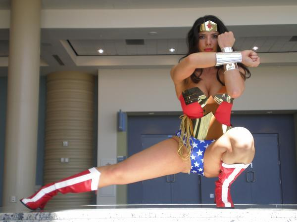 wonder woman cosplay legs split