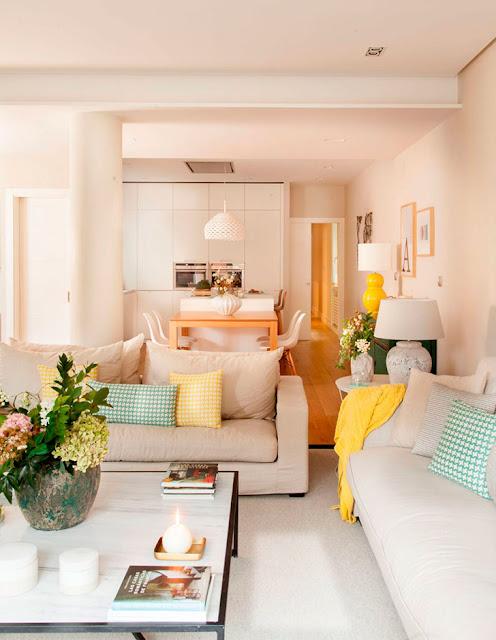 Blog Achados de Decoração - casa decorada com pufes amarelos