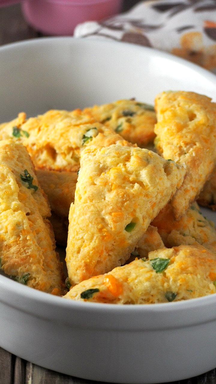 Cheese Scones wíth Scallíons