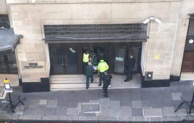 Πανικός στο Λονδίνο: Επίθεση με μαχαίρι στα κεντρικά της Sony – Κρύβονταν κάτω από τα γραφεία
