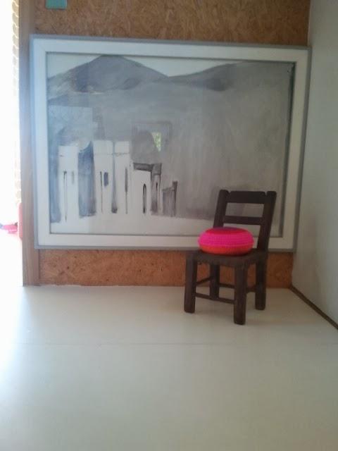 almohadon redondo crochet - Un detalle de color en un pasillo. Almohadón de crochet.