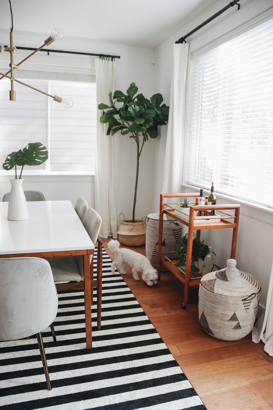 Proste i przytulne wnętrze w bieli, wystrój wnętrz, wnętrza, urządzanie domu, dekoracje wnętrz, aranżacja wnętrz, inspiracje wnętrz,interior design , dom i wnętrze, aranżacja mieszkania, modne wnętrza, białe wnętrza, wnętrza w bieli, styl skandynawski, minimalizm, naturalne dodatki, jasne wnętrza, jadalnia, stół, krzesła