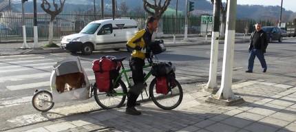 Ζευγάρι Βέλγων ποδηλατών, παρέα με τον σκύλο τους, ξεκίνησαν από την Ηγουμενίτσα για τη Θεσσαλονίκη (+ΒΙΝΤΕΟ)