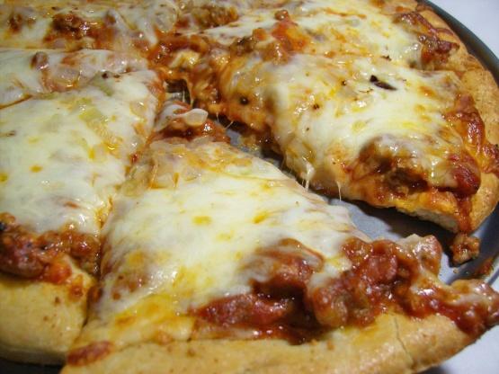 بيتزا بصلصة الطماطم و النقانق