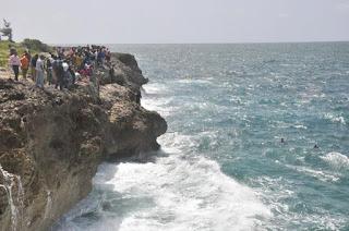 Hombre se lanza al mar caribe