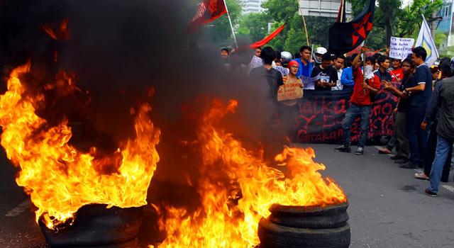 demonstrasi dengan membakar ban mobil