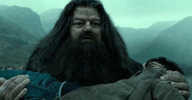 Хагрид носи тялото на Хари Потър в Хари Потър и даровете на смъртта