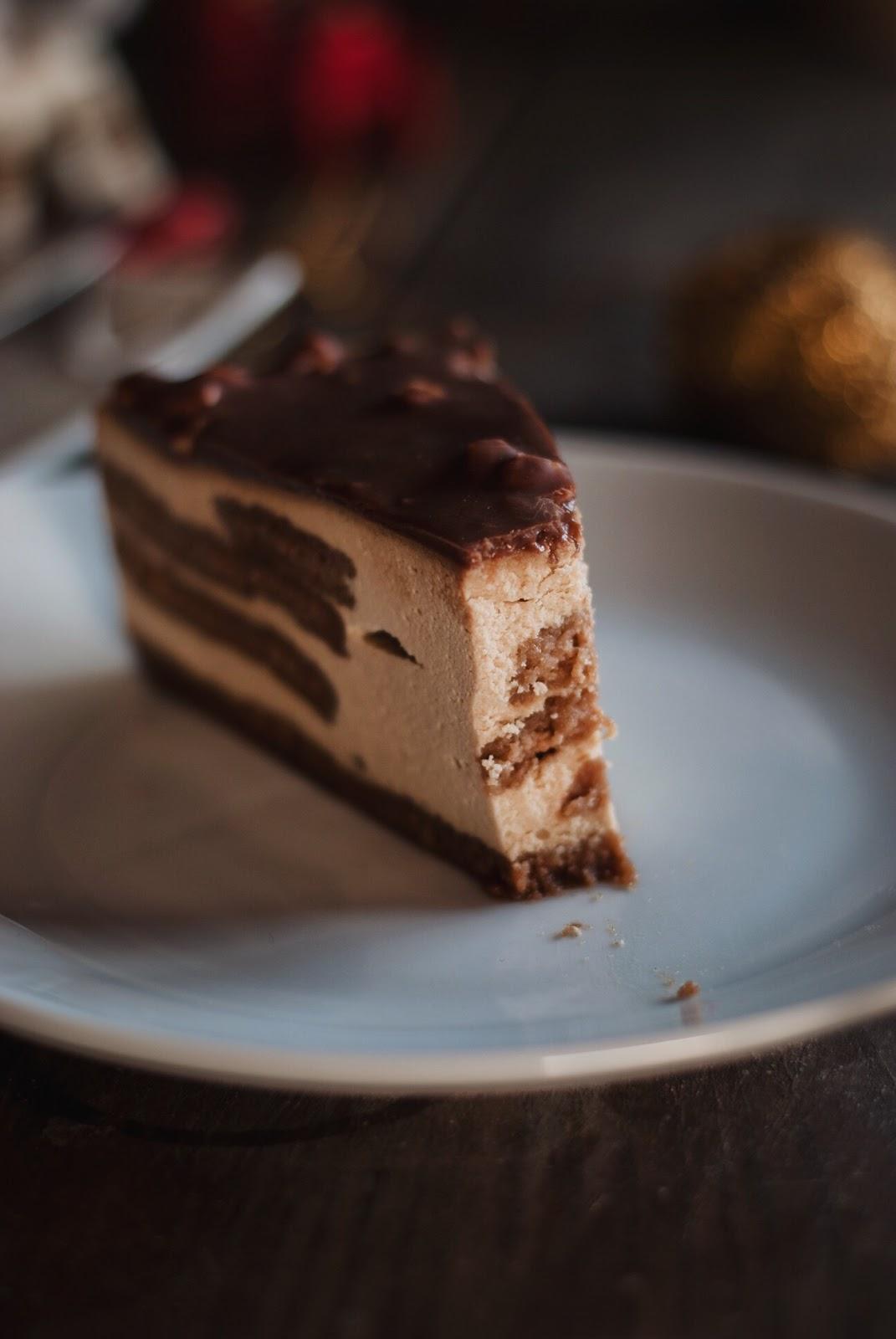 Sernik z ciasteczkami korzennymi i polewą czekoladową