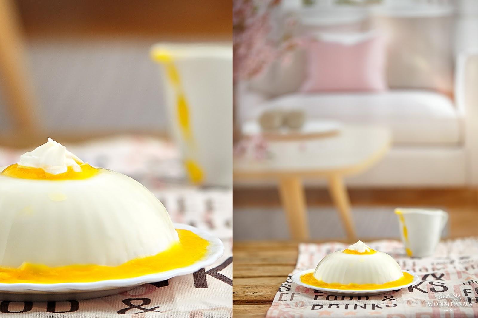 deser panna cotta, kokosoa panna cotta, deser z mleczka kokosowego, deser z mlekiem kokosowym, włoski deser z mleka, mus z mango, kraina miodem płynąca